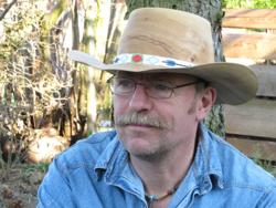 Heinz Borst mit selbstgedrechseltem Cowboyhut aus Holz