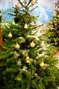 Weihnachtsbaum mit gedechseltem Holzschmuck